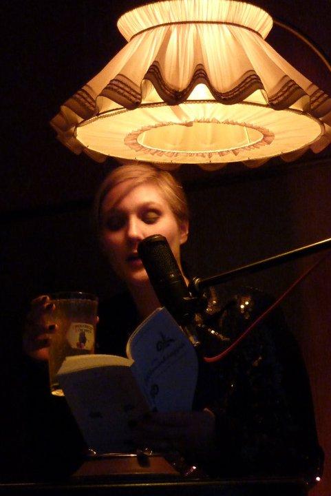 Die Apfelweinkönigin in ihrem lesenden Element