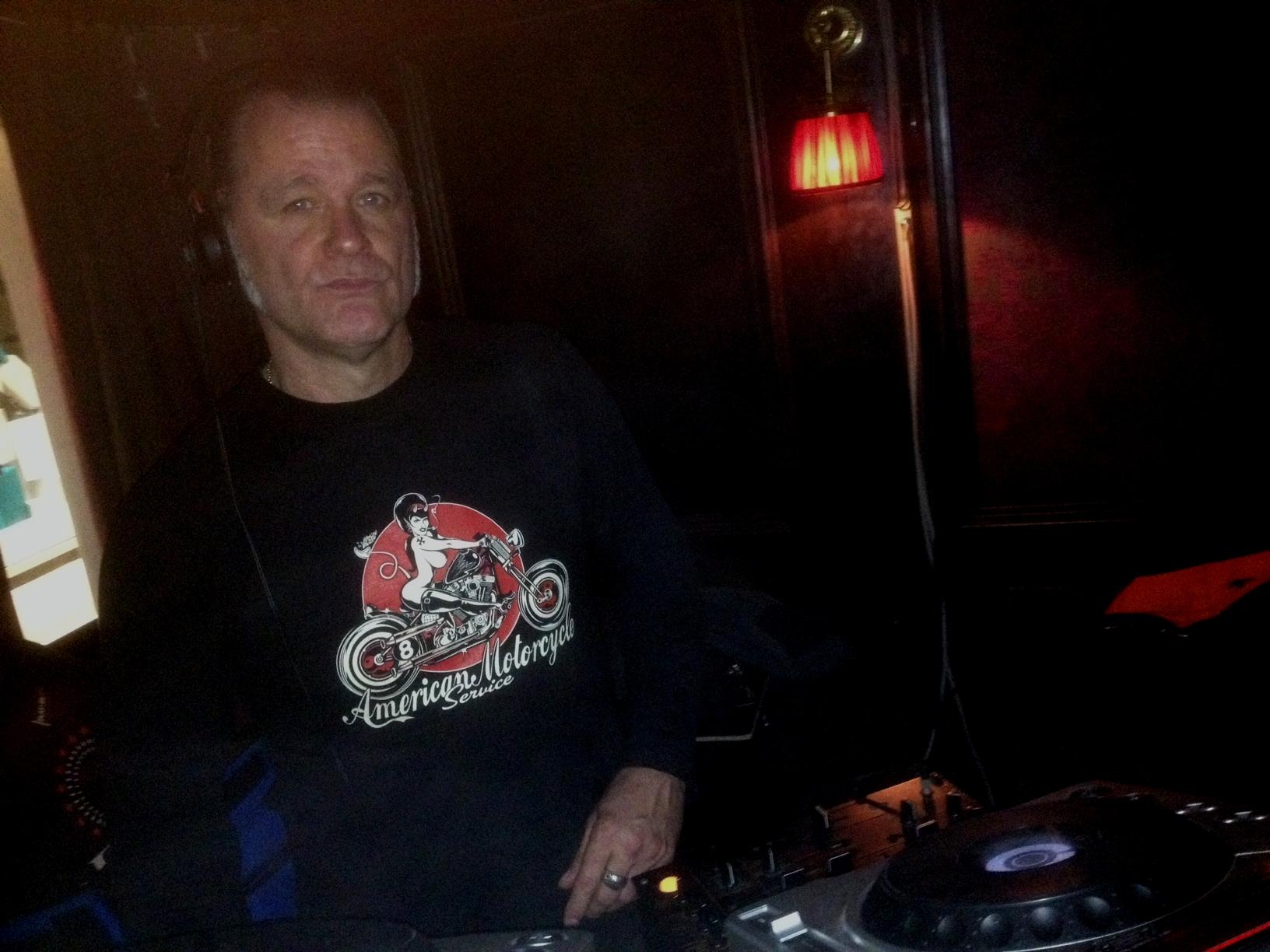 Vier Viertel - Takt Bassdrum im Neglected Grassland: DJ Dag lässt die Puppen tanzen!