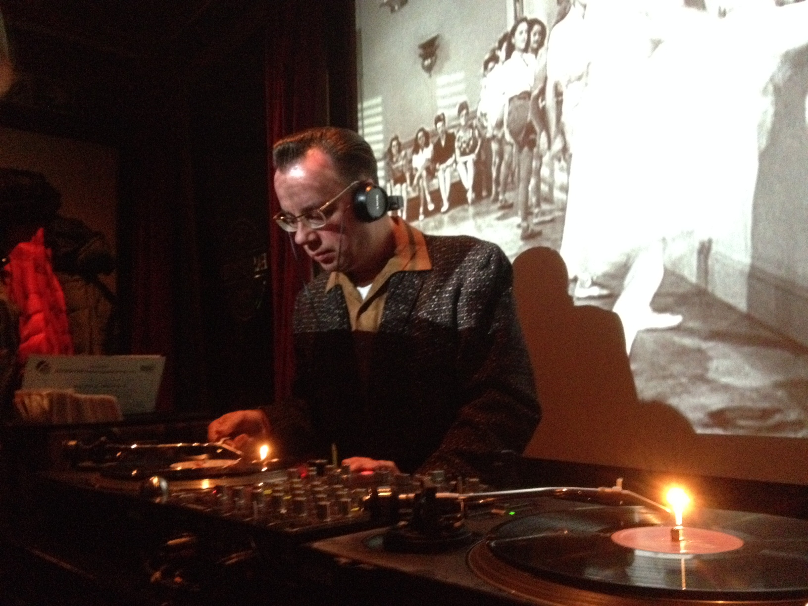 DJ Gentleman at work - Thommy 'Reverend' Rinke in der Old Fashioned Bar