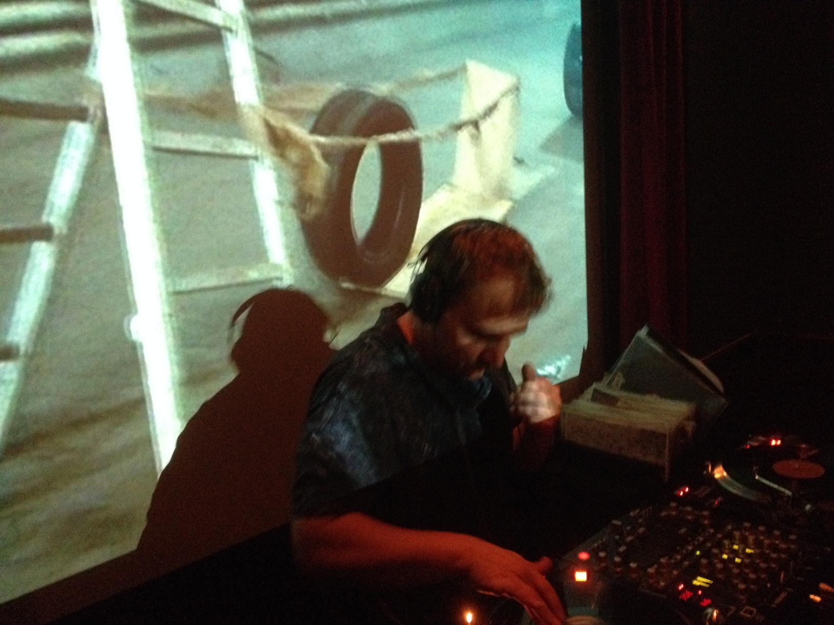 Der Lauf der Dinge - DJ Boris Szech hochkenzentriert in der Old Fashioned Bar