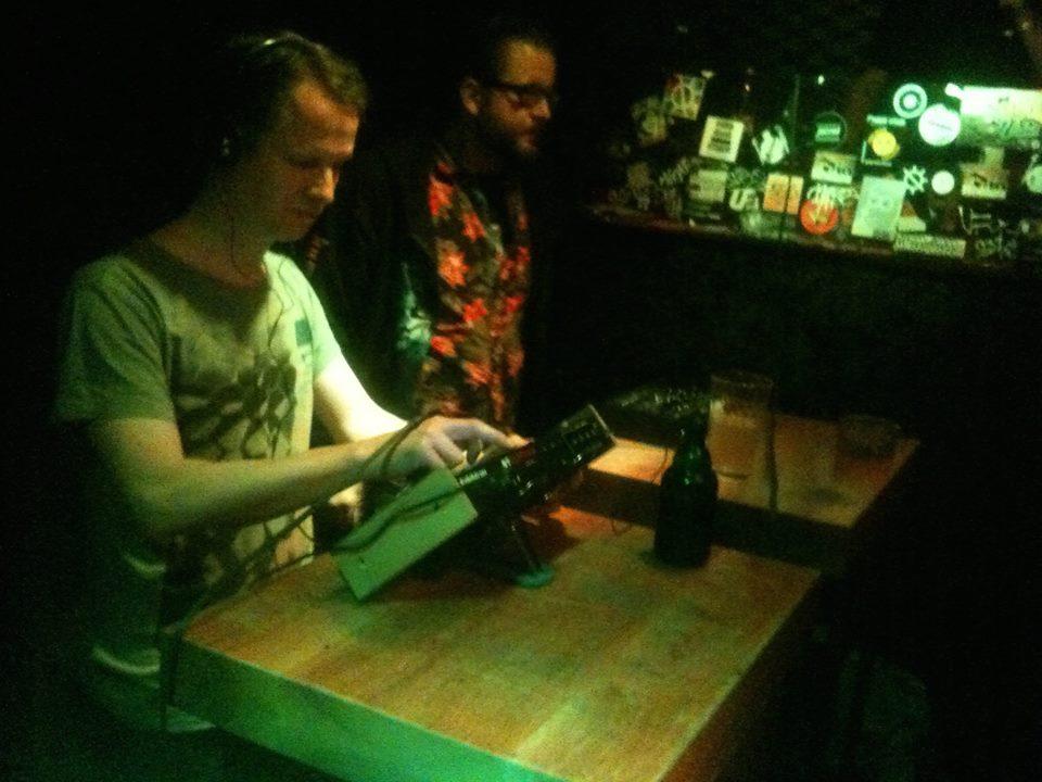 Ran an die Filter: Feldrauschen David und Patrick Neuntausend beim Electronic Beat Battle im Orange Peel