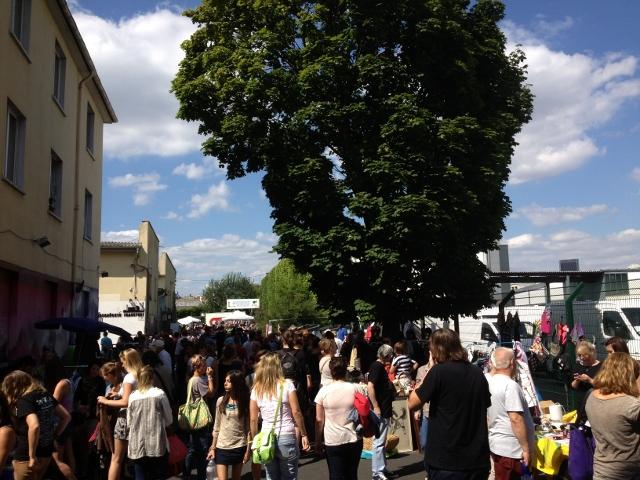 Buntes Treiben an der Farbenfabrik - Flohmarkt im Gutleut