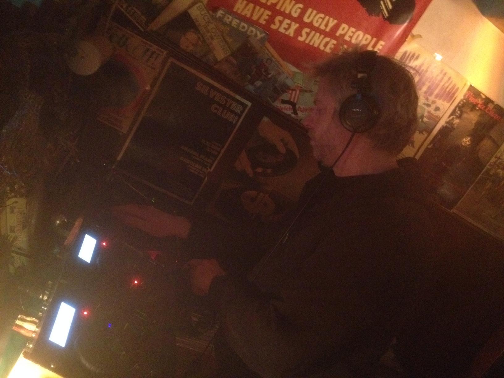 Kult DJ Guido Braun voller Konzentration in seinem musikalischen Element - Gut betanzt in der Alten Liebe