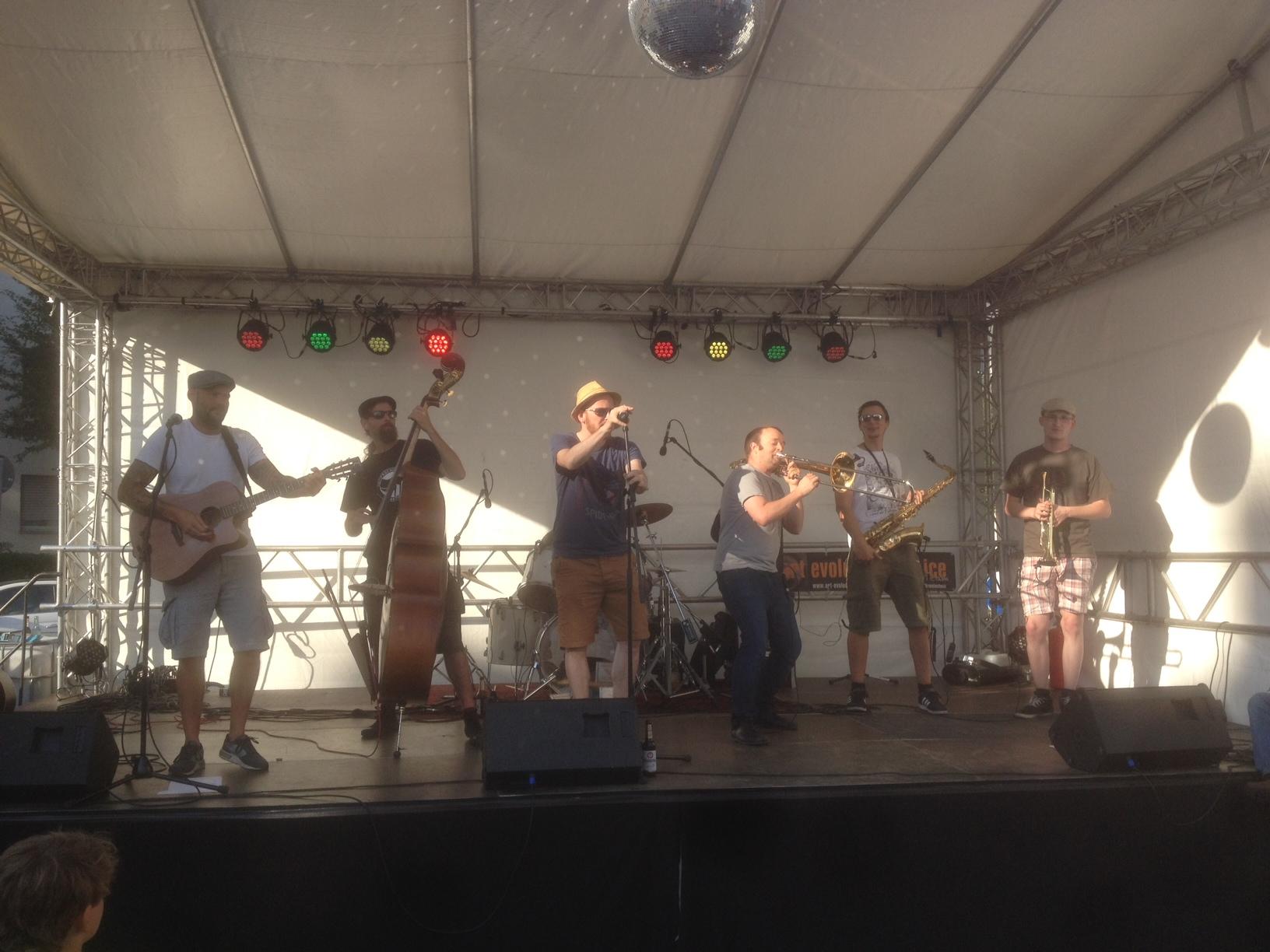 Fein uffgescheppert - Revolte Tanzbein live auf der Bühne des Koblenzer Strassenfests