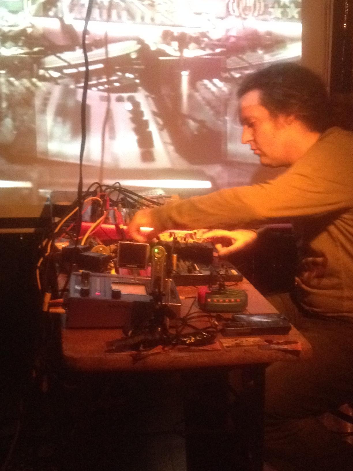 Klänge aus Dosen, Delay und Digitalem: Siegfried Kärcher live im 3KK.