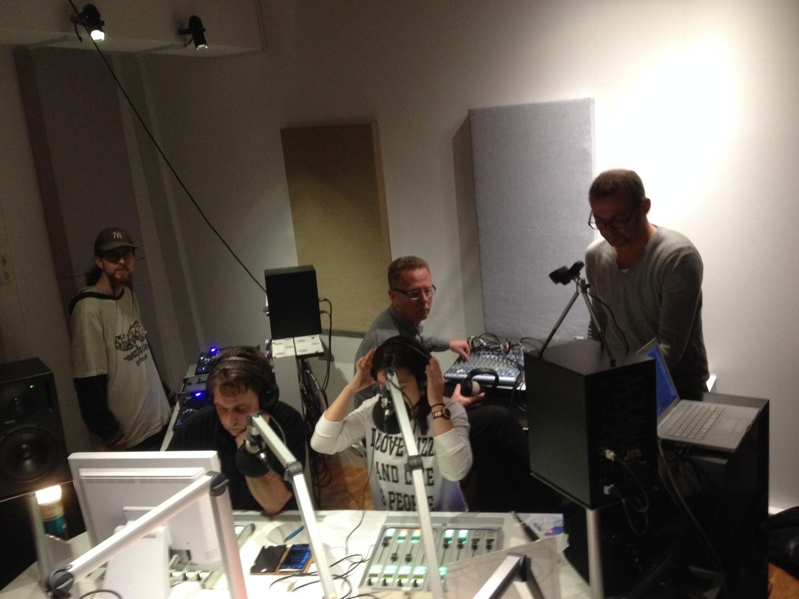 Zuschauen beim konzentrierten Radiomachen - Tag der offenen Tür bei Radio X