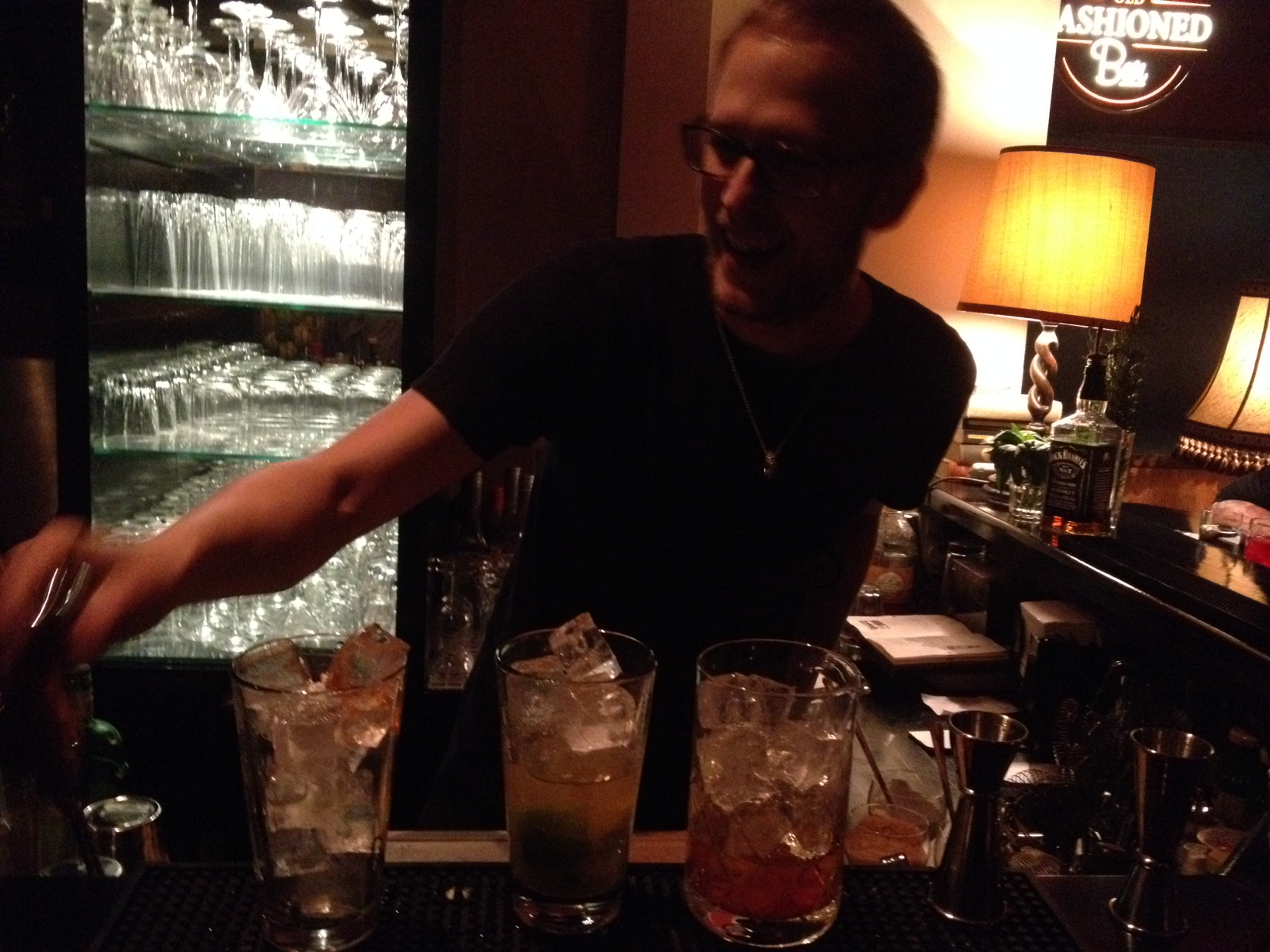 Mixmaster at work with a lot of fun: Victor in der Old Fashined Bar